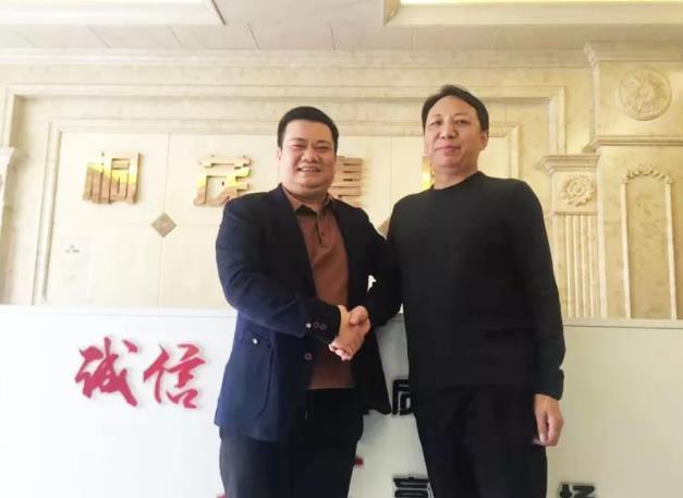 桐茂集团周总(左)与优德88casino泥曾总签约
